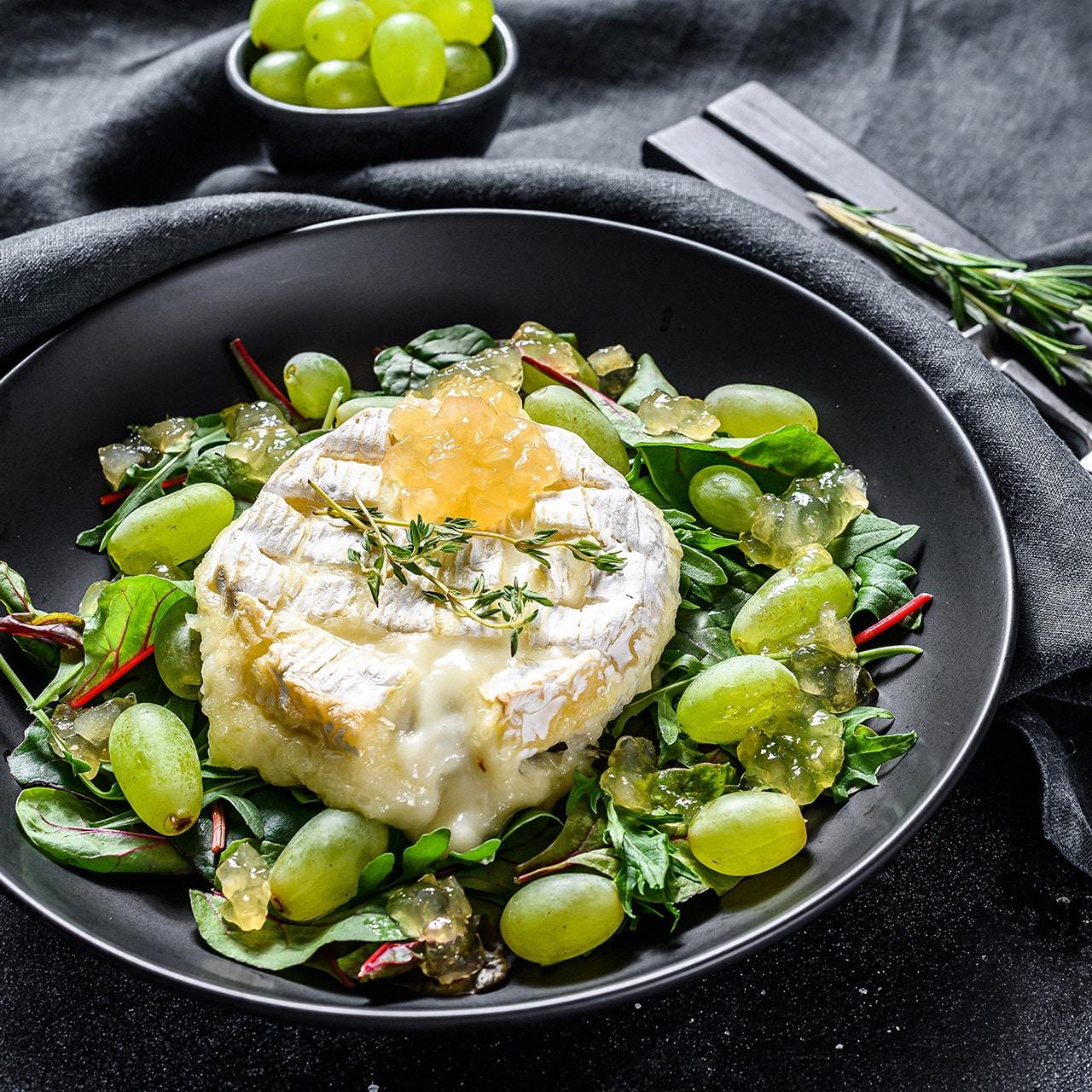 Camembert al forno con uva senza semi Solarelli, bietole e rucola al profumo di timo