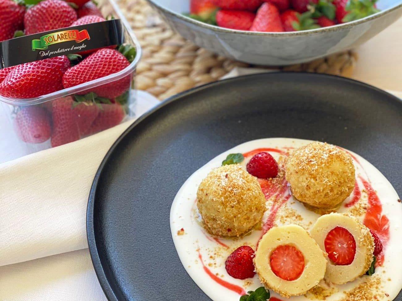 Rocher: gnocchi dolci con sorpresa di ricotta, fragole Sabrosa Solarelli e zuppetta di cocco